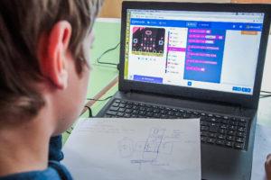 """Tehnoloģiju un programešanas nometne bērniem un pusaudžiem """"Jaunais izgudrotājs""""Rīgā"""